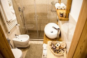 Bathroom interior design mountain wood and stone - Luxury bed and brekfast