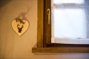 Dettagli artigianali della sala da pranzo. Casa vacanze soggiorni in montagna a Pragelato