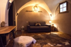 Accogliente sala in stile montano con divano letto. Casa vacanze a Pragelato