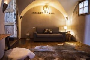 Sala con camino appartamento in affitto a Pragelato per vacanze inverno ed estate