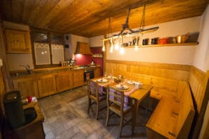 Kitchen room with mountain view and table for 8 pax - Holiday apartment guesthouse Pragelato - Sestriere