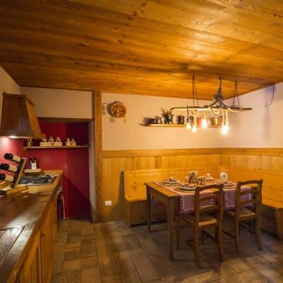 Vista ingresso cucina con tavolo per 8 ospiti - Appartamento in affitto a Pragelato Sestriere